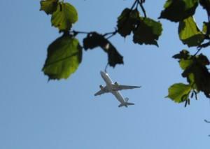 startendes flugzeug am himmel