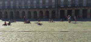 ruhende pilgerInnen auf dem platz vor der kathedrale